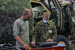 Pro zjišťování závad u obrněných vozidel Dingo používají vojáci speciální diagnostické zařízení.