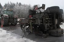 V pondělí 4. ledna ve 12.30 hodin při projíždění levotočivé zatáčky u Zlešic dostal traktor na zasněžené a namrzlé vozovce smyk, přičemž došlo k odtržení a převrácení připojeného pracovního stroje přes komunikaci.