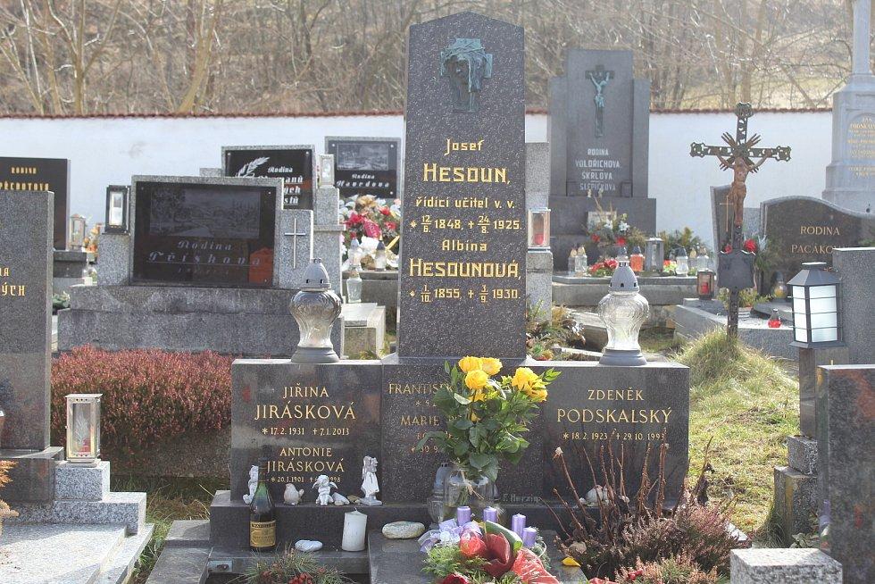 Hrob Jiřiny Jiráskové teď zdobí její oblíbené žluté růže i lahev koňaku. Dobré pití měla ráda.