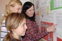 Učitelka  angličtiny Ludmila Růžičková (vpravo) má s projekty zkušenost.  Na snímku o nich podává žákyním  některé informace.