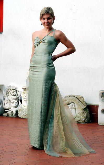 Foto 2: Eva Kolářová zVodňan vystudovala studijní obor Modelářství a návrhářství oděvů na střední výtvarné škole vPísku, kde se naučila vše potřebné pro navrhování a vznik šatů.