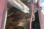 Zničený vazník haly v Lidické ulici ve Strakonicích.