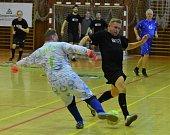 Odstartoval halový fotbalový turnaj ve Strakonicích.