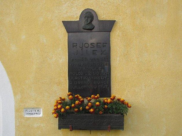 Katovice - V roce 2008 při oslavách 100 let od narození pátera Josefa Jílka byla odkryta na kostele sv. Filipa a Jakuba pamětní deska.