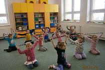 Děti využívají pomůcky od Bábinek ke cvičení.