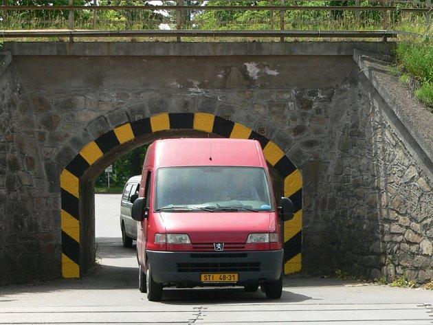 Dnes projede viaduktem jen jedno auto
