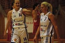 Zora Škrabalová (vlevo) nasázela Pardubicím 19 bodů. Na snímku je s Lucií Balákovou.