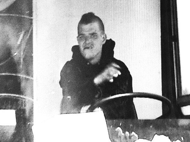 Neznámý muž za volantem.