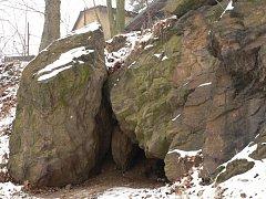 Jeden z přibližně sedmi strakonických bezdomovců přespává v jeskyni na Podskalí. V jeho obydlí se nám ho ale zastihnout nepodařilo.