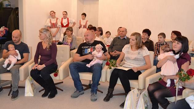 V nově zrekonstruované síní úřadu městyse Katovice uvítali 2. prosince odpoledne nové občánky.