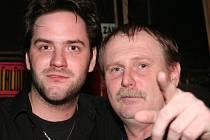 Zpěvák a univerzální hudebník Michal Šindelář a DJ František Mareš.