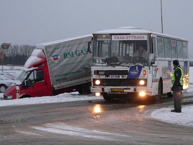 Nehoda na Katovické ve Strakonicích. Řidič autobusu na kluzké vozovce nedobrzdil a narazil do tranzitu před sebou. Ten ťukl do osobáku a ještě skončil v příkopu.