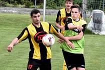 Osek podlehl doma Milevsku 0:3, dva góly inkasoval od Petra Dvořáka (vlevo v souboji s Janem Hochem).
