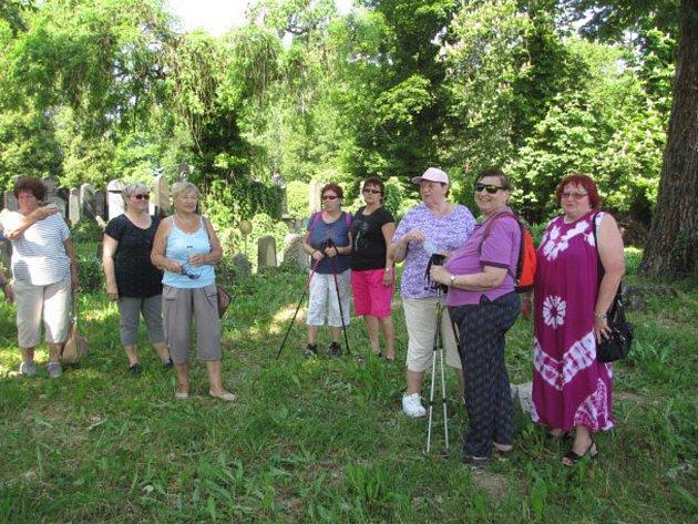 Vzávěru května zorganizovala Rada seniorů spolu sInfocentrem pro seniory procházku ke Švandově lípě.