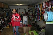 O půjčování a nákup použitých lyží je v tomto období velký zájem, nové vybavení se tolik neprodává. Je to drahá záležitost.