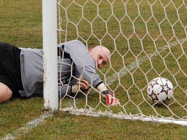 Sousedovice poprvé v sezoně prohrály, doma podlehly Poříčí 1:2. Na snímku je gólman Westry Jaroslav Šilhan.