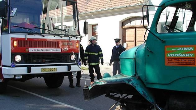 Porouchané auto z křižovatky odklízeli hasiči.