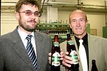 Starosta Strakonic Pavel Vondrys (vlevo) a starosta Vimperka Pavel Dvořák s novým pivem určeným pro Vimperk - Král Šumavy.