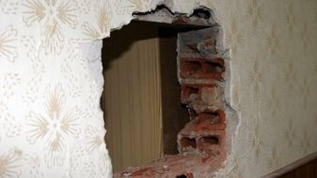 Po trezoru ve zdi zbyla jen díra.