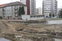 Protipovodňová opatření u mostu přes Otavu směrem na Tržní.