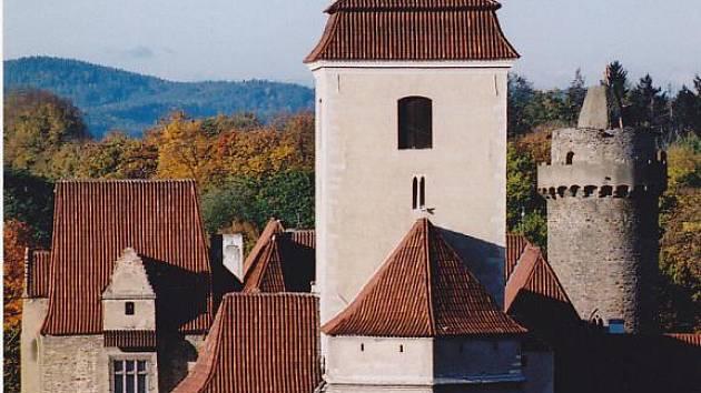 V moderní zástavbě plné věžáků a paneláků hrad trochu zaniká, a tak se fotografka vydala na střechu hotelu Bavor, abyste měli tuto památku jako na dlani.
