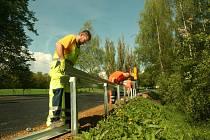 Mezi Blatnou a Tchořovicemi dochází na instalaci svodidel.