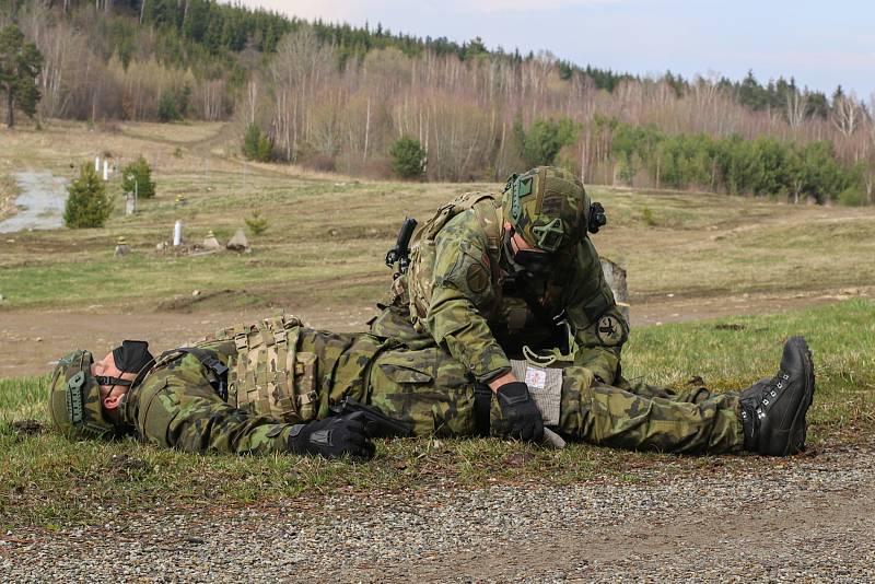 Poskytnutí první pomoci zraněnému vojákovi.