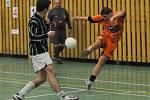 Vedoucí Tomako (v oranžovém) porazilo v Dudák lize futsalistů C–Systém 6:4 a je stále v čele.