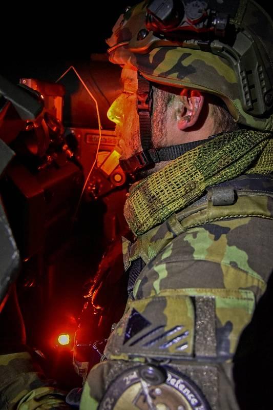 Vojáci mohou s protiletadlovým kompletem RBS-70 působit i za tmy díky speciálnímu zařízení pro noční vidění. Foto: VeKySIO