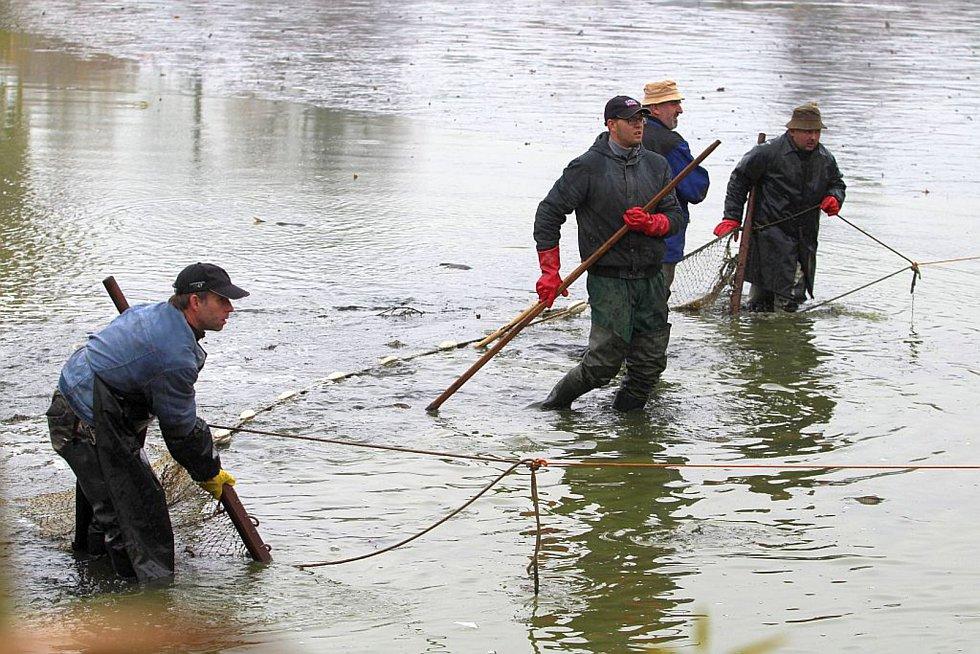 V sobotu se konal v Čejeticích každoroční výlov obecního rybníka.