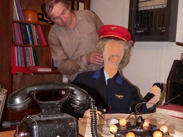 Pracovník muzea Milan Kos při při instalování exponátů.