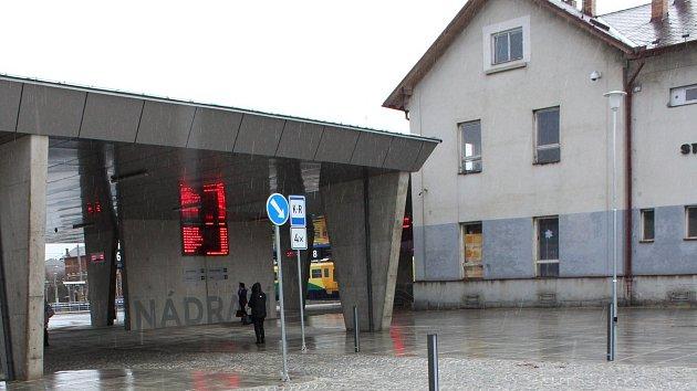Dopravní terminál na strakonickém autobusovém nádraží už slouží cestujícím. Vpravo je vidět budova vlakového nádraží, která na modernizaci ještě čeká.