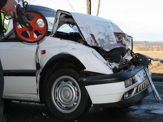 Vozidlo VW Golf, jehož osádku odvezla sanitka.