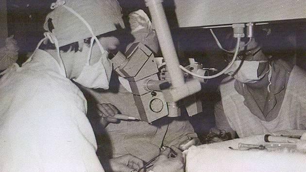 MUDr. Jindra Říhová při operaci.
