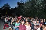 Na opuštěném dvoře starého Fezka se v sobotu 7. července promítal hororový film režiséra Juraje Herze z roku 1968 Spalovač mrtvol.