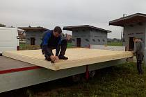 Montáž chatek v Čejeticích.