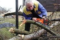 Víkendový orkán Emma opět připomněl, že stromy vedle zahrádkářské kolonie u Blatského rybníka ve Strakonicích jsou nebezpečné. Na snímku je Jan Tříska, k jehož chatce smetl orkán větev z mohutného topolu.