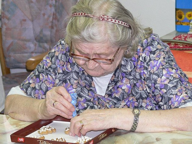 Obyvatelé Domova pro seniory zdobili perníčky.