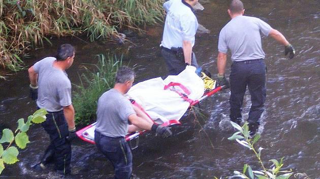 Zraněného cyklistu u Volyně museli hasiči dopravit na druhý břeh.