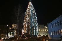 Už několik let zdobí areál strakonické nemocnice vánoční strom.