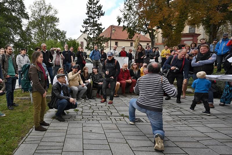 Setkání s autory při letošním ročníku hudebně doprovázel Václav Koubek.