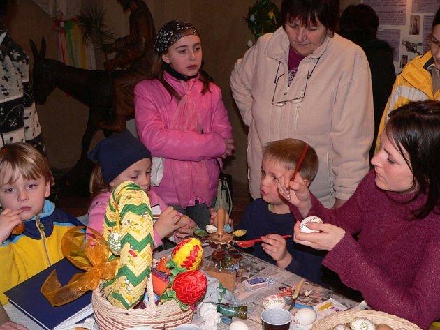 Při zahájení velikonoční výstavy ve Strakonicích došlo i na malování kraslic