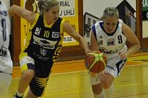Basketbalistky Strakonic porazily Slovanku 72:60. Hana Nezdařilová (vlevo) dala 18 bodů, nejvíce z týmu soupeřek. U míče je Michaela Uhrová.