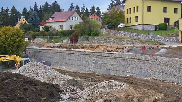 Výstavba gabionové zdi. Ilustrační foto
