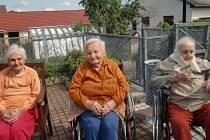 Obyvatelky Domu klidného stáří sv. Anny v Sousedovicích na dvorku, který obklopuje domov.