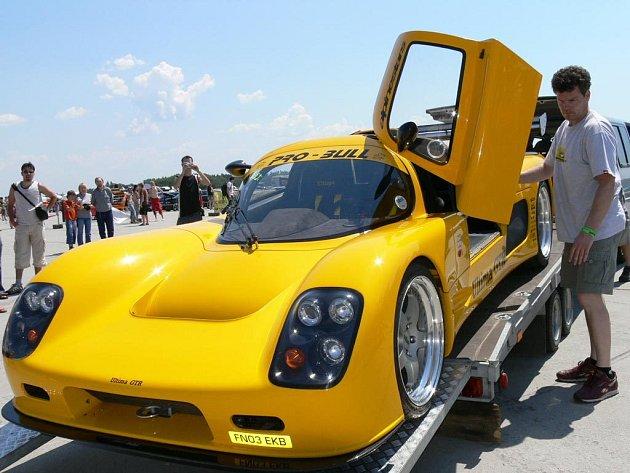 Anglický vůz Ultima GTR v hodnotě několika milionů korun okamžitě obstoupilo zvědavci.