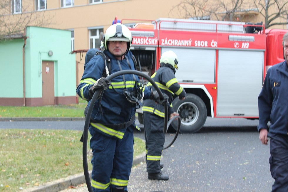 Dvě minuty po deváté hodině zazněl na hasičském dispečinku poplach, ve strakonické nemocnici hoří. Lokalizovaná byla prádelna a  sušárna mopů