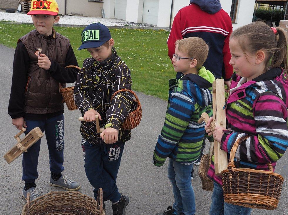 Velikonoční tradice už roky drží také v obci Čejetice a v jejích přilehlých částech. Partu dětí jsme zastihli v Přeborovicích.