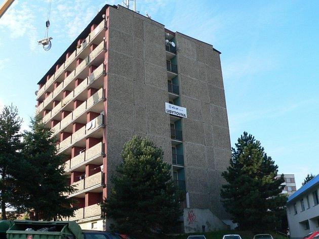 Z pátého patra této ubytovny mladík vyskočil.