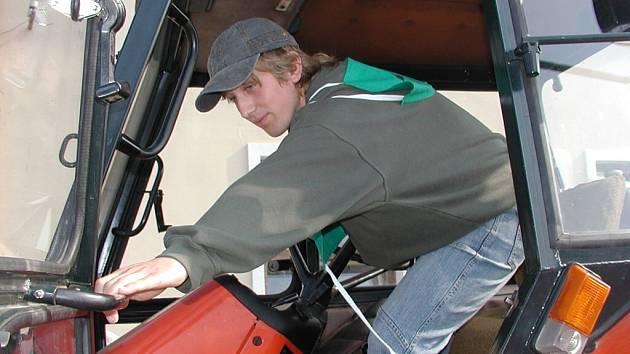 Učni soutěžili v jízdě zručnosti na traktoru